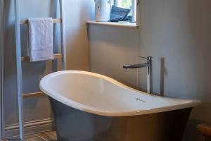 Nice bathroom with bathub